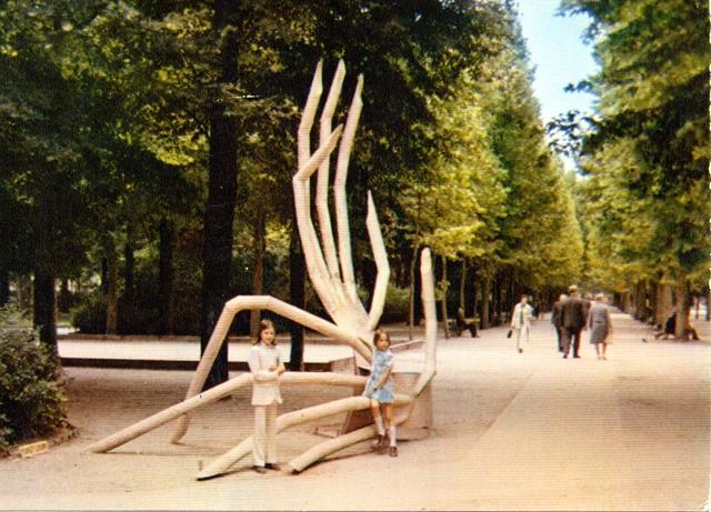 Mains. Acier. 1974.Paris jardin du luxembourg
