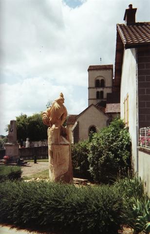 Coq.Place du village de Saint Pierre de Varennes