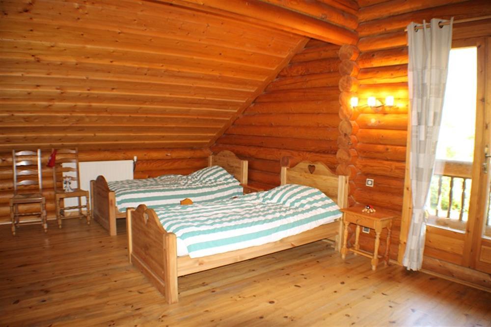 bourg d 39 oisans chalet en bois massif avec grand jardin. Black Bedroom Furniture Sets. Home Design Ideas