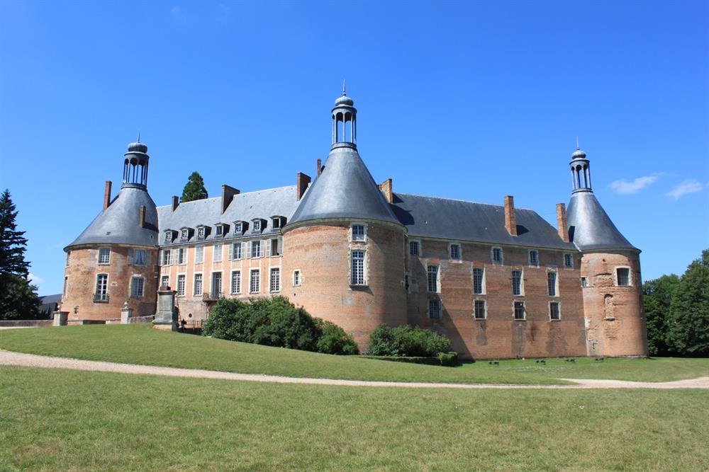 Château de St Fargeau 29km
