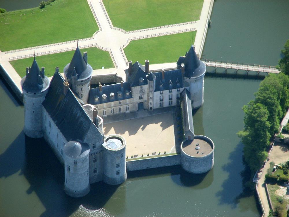 Château de Sully sur Loire 39km