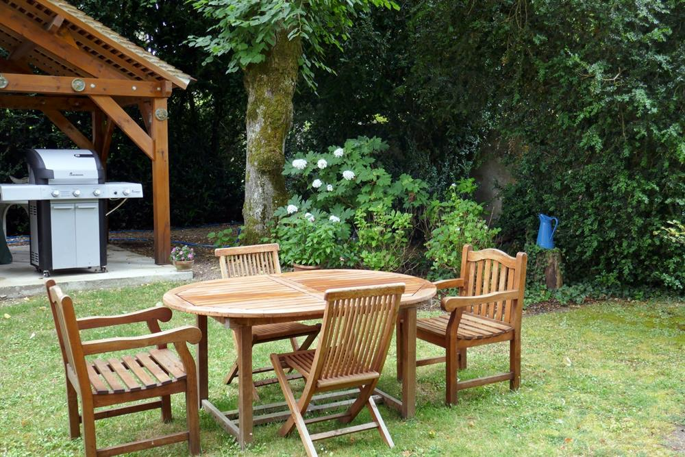 Ouside dining area with BBQ